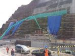 pekerja-menyelesaikan-pengerjaan-spillway-di-proyek-bendung-logung_20170221_202032.jpg