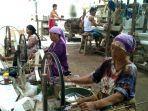pekerja-produksi-kain-tenun-di-sentra-industri-kain-tenun-pakumbulan-kabupaten-pekalongan.jpg