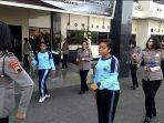 pelajar-supm-tegal-asal-papua-sedang-menari-bersama-polwan-di-mapolres-tegal-kota.jpg