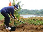 pelaksana-tugas-plt-bupati-kudus-dr-hartopo-menanam-1000-bibit-pohon.jpg