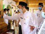 pelaksana-tugas-plt-bupati-kudus-hartopo-menyentung-tiang-penyangga-asli-masjid-jami-wali-al.jpg
