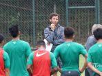 pelatih-luis-milla-saat-memberikan-pengarahan-kepada-pemain-timnas-indonesia-u-22-tribunnewscom_20170831_120516.jpg