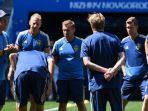pelatih-swedia-janne-anderson-memberi-instruksi-kepada-para-pemainnya-saat-latihan_20180618_102634.jpg