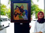 pelukis-naturalis-pujowati-berpose-di-depan-lukisan-semar-yang-memiliki-makna-tersendiri-di-pameran_20181020_162350.jpg