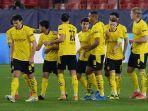 pemain-borussia-dortmund-merayakan-gol-dalam-pertandingan-leg-pertama-babak-16.jpg