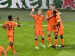 pemain-depan-belanda-wout-weghorst-tengah-merayakan-dengan-rekan-satu-timnya.jpg