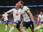 pemain-depan-inggris-harry-kane-kanan-dan-phil-foden-kiri-semifinal-uefa-euro-2021.jpg