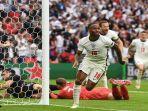 pemain-depan-inggris-raheem-sterling-merayakan-setelah-mencetak-gol.jpg