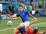 pemain-depan-italia-giacomo-raspadori-kiri-mengontrol-bola.jpg