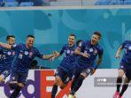 pemain-depan-slovakia-robert-mak-2l-merayakan-setelah-mencetak-gol-pertama-timnya.jpg