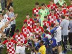 pemain-perancis-berdiri-membentuk-pagar-kehormatan-saat-para-pemain-kroasia_20180717_083938.jpg