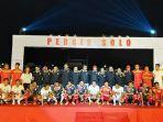 pemain-persis-solo-mengenakan-jersey-baru-berfoto-bersama-official-dan-pelatih-tim-persis-solo.jpg