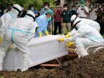 pemakaman-jenazah-tim-gugus-tugas-penanganan-covid-19-dengan-mengenakan-alat-pelindung-diri-apd.jpg