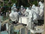 pemakaman-kepala-dinas-kesehatan-sulawesi-barat-yang-meninggal-dunia-setelah-terpapar-covid-19.jpg