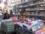 pembeli-sedang-memilih-milih-tempat-pensil-dan-buku-tulis-di-toko-buku-togamas-rabu-127_20170712_122929.jpg