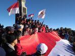 pembentangan-bendera-merah-putih-di-puncak-hargo-dumilah-gunung-lawu-karanganyar.jpg