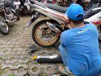 pemilik-sepeda-motor-mengganti-knalpot-brong-1.jpg