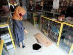 pemilik-toko-batik-lampung-layla-menunjukkan-lubang.jpg