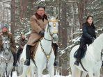 pemimpin-korea-utara-kim-jong-un-tengah-menunggangi-kuda-putih-berlapis-emas.jpg