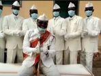 pemimpin-nana-otafrija-lebih-dikenal-sebagai-pembawa-peti-jenazah-sambil-menari-di-ghana.jpg