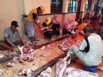 pemotongan-daging-korban-yang-akan-dibagikan-di-masjid-raya-baiturrahman-semarang_20180822_144504.jpg