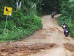 pemotor-melintas-di-jalan-bekas-longsoran-tanah-di-kecamatan-salem-brebes_20170124_165218.jpg