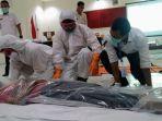 pemulasaran-jenazah-relawan-pmi-kendal-dilatih-penanganan-jenazah-virus-corona.jpg