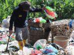 pemulung-memungut-sampah-plastik-di-kawasan-tpa-jatibarang-kedungpane.jpg