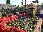 pemusnahan-ribuan-botol-miras-di-jalan-mandurorejo-kabupaten-pekalongan-jawa-tengah.jpg