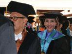 penganugerahan-doktor-honoris-causa-susi-pudjiastuti-di-undip-semarang_toga_20161204_094908.jpg