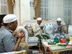 pengasuh-ponpes-sidogiri-kh-nawawi-abdul-djalil-paling-kanan-semasa-hidup.jpg