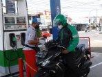 pengemudi-ojol-isi-bensin.jpg