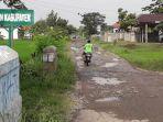 pengendara-melintas-di-jalan-rusak-di-ruas-cenang-wijahan-kecamatan-songgom-brebes.jpg