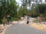 pengendara-motor-melintasi-lokasi-jalan-yang-dipenuhi-sampah-menuju-dusun-ngablak-kelurahan-pulutan.jpg