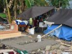 pengungsi-kota-palu-sulteng-mendirikan-tenda-pengungsian-di-area-pemakaman_20181013_190616.jpg
