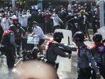 pengunjuk-rasa-berlarian-setelah-polisi-memberikan-tembakan-peringatan.jpg