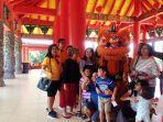 pengunjung-berfoto-dengan-barongsai-di-klenteng-sam-poo-kong-semarang-sabtu-9022019.jpg