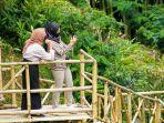 pengunjung-berfoto-selfi-di-tempat-wisata-alam-buatan-di-desa-deroduwur-kecamatan-m.jpg