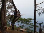 pengunjung-di-salah-satu-spot-desa-wisata-gardu-pandang-dan-hutan-pinus-gunung-sari-kabupaten-pati.jpg