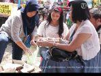 pengunjung-festival-durian-di-jatibarang_20170224_195611.jpg