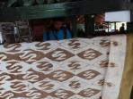 pengunjung-melihat-batik-khas-salem-brebes_20161022_165225.jpg