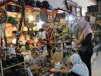 pengunjung-melihat-lihat-barang-antik-di-pasar-klitikan-kota-semarang.jpg