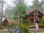 pengunjung-melintas-di-area-cottage-embun-lawu-tawangmangu-karanganyar-rabu-2842021.jpg