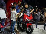 pengunjung-mencoba-sepeda-motor-keluaran-terbaru-honda-adv-150-di-giias-2019.jpg