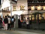 pengunjung-mengantri-membeli-tiket-masuk-lawangsewu_20180621_203835.jpg