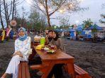 pengunjung-menikmati-hidangan-buka-puasa-di-pantai-ngebum-desa-mororejo.jpg