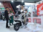pengunjung-pameran-telkomsel-indonesia-internasional-motor-show-mencoba-honda-pcx.jpg