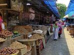 pengunjung-pasar-segamas-purbalingga-mengenakan-masker-senin-28122020.jpg