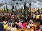pengunjung-saat-menikmati-suasana-kedai-forest-kopi.jpg