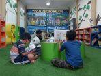 pengunjung-sedang-membaca-buku-di-ruang-pustaka-anak-perpustakaan-mr-besar.jpg